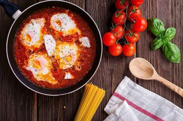 Szakszuka - sposób na jajka z patelni na śniadanie